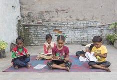 学习初级教育的没有地位的孩子在开放学校 库存照片