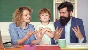 学习和教育概念 r 校外的孩子的教育 帮助他的儿子的年轻夫妇做 影视素材