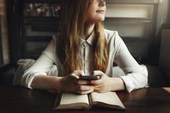 学习咖啡馆餐馆放松概念的妇女读书 免版税图库摄影