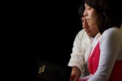 学习圣经的西班牙夫妇 免版税库存图片