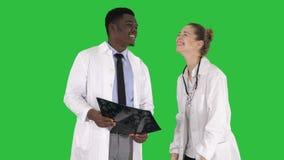 学习在一个绿色屏幕上的笑的医生X-射线,色度钥匙 股票录像
