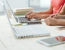 学习在书桌和做homeworks的女孩 免版税库存照片