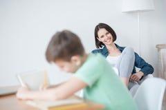 学习在书桌的年轻十几岁的男孩 库存图片
