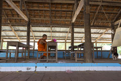 学习在修道院里的和尚在金边,柬埔寨 库存照片