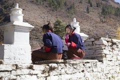 学习在入口前面的两个女孩对Rinpung Dzong 免版税库存图片