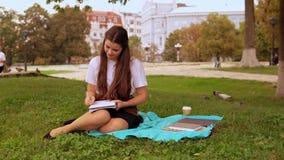 学习在公园的妇女 股票视频