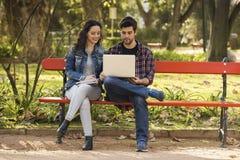 学习在公园的朋友 免版税库存图片