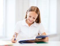 学习在学校的学生女孩 库存图片