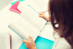学习在学校的学生女孩 免版税库存图片