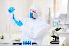 学习在实验室的毒性液体 免版税库存图片