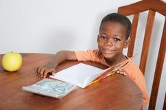 学习在家平衡的男小学生 免版税库存照片