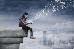 学习在屋顶的女学生 免版税图库摄影