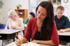 学习在成人教育类的西班牙妇女 免版税库存照片