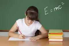 学习在教室的女小学生 免版税库存照片