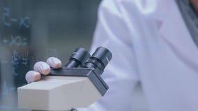 学习在显微镜的科学家 股票录像