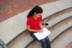 学习在校园里的大学生 库存照片
