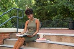 学习在校园里的大学生 免版税库存照片