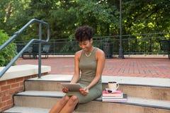 学习在校园里的大学生 库存图片