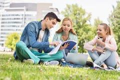 学习在校园里的大学生 免版税图库摄影