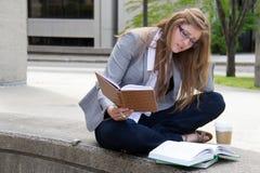 学习在校园里的被注重的学生 免版税库存图片