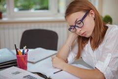 学习在检查前的迷人的十几岁的女孩 免版税库存照片