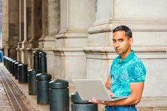学习在纽约的年轻西裔美国人大学生 免版税库存图片