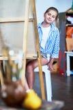 学习在艺术课的小女孩静物画 免版税库存照片
