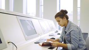 学习在计算机附近的年轻女人 股票录像
