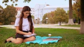 学习在露天的年轻女人 影视素材