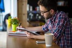 学习在餐馆的英俊的学生 免版税库存图片