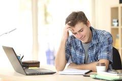 学习在他的屋子里的学生 库存照片