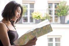 学习地图的妇女在开窗口 库存图片