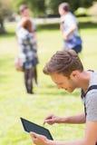 学习外面在校园里的英俊的学生 库存照片