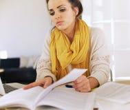 学习她的家庭作业的大学生 免版税库存图片