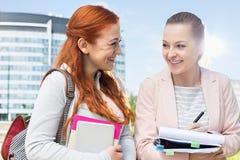 学习愉快的年轻女性的大学生户外 免版税库存照片