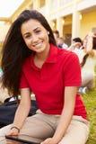 学习户外在校园里的高中学生 免版税图库摄影