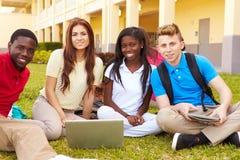 学习户外在校园里的高中学生 免版税库存图片