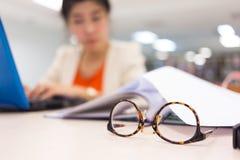 学习教育,在图书馆里工作的妇女 库存图片