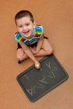 学习文字的黑板愉快的孩子 图库摄影