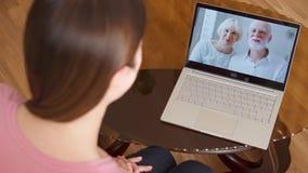 学习海外有的女儿录影闲谈通过在膝上型计算机的信使app电话有她的资深父母的 股票视频