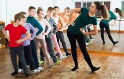 学习现代样式舞蹈的孩子 免版税库存图片