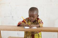 学习画象射击的非洲黑人种族男孩 库存图片