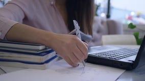 学习的书信,学生女性使用现代膝上型计算机技术从网上教学和书做学会 股票录像