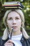 学习的金发碧眼的女人本质上 免版税库存照片