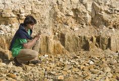 学习类型年轻人的地质学家岩石 免版税库存照片