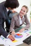 学习统计数据的一个微笑的企业小组的纵向 库存图片