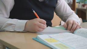 学习者在习字簿的文字文本使用笔 股票视频