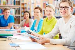 学习者在图书馆里 免版税库存图片