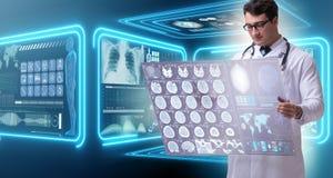 学习脑子mri扫描的结果男性医生 库存图片