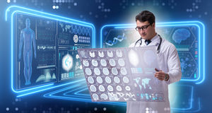 学习脑子mri扫描的结果男性医生 免版税库存照片